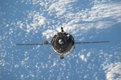 Le vaisseau Soyouz TMA-12 en approche photographié depuis l'ISS par le commandant K. Wakata (source NASA)