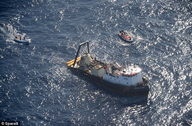 Bateau de récupération du Dragon SpX3 (source SpaceX)