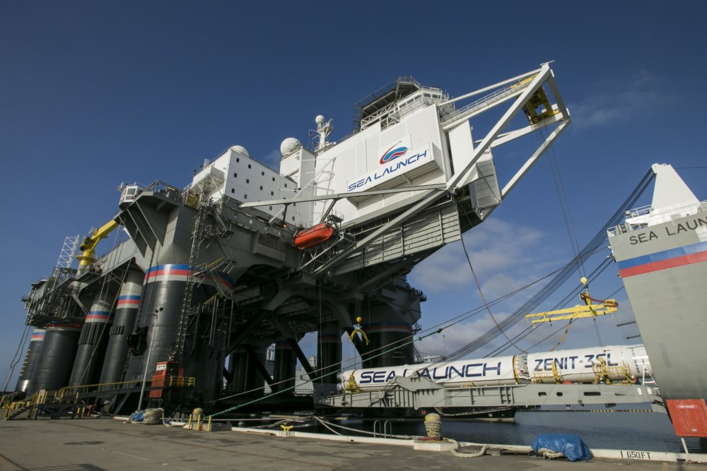 La fusée Zenit et le satellite E3B intégré sont amenés sur la plateforme Odyssey avant de prendre le large vers l'Océan Pacifique (source sea-launch.com)
