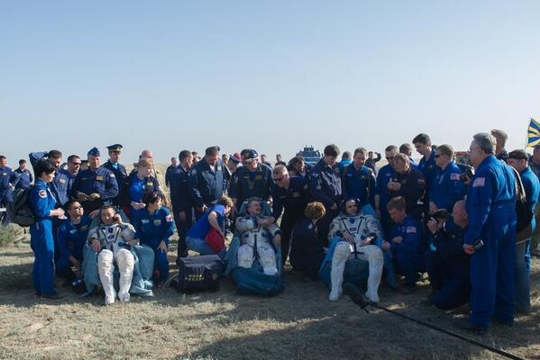 Les 3 astro/cosmonautes de l'Expédition 39 sont de retour sur Terre (photo via @ShuttleAlmanac)