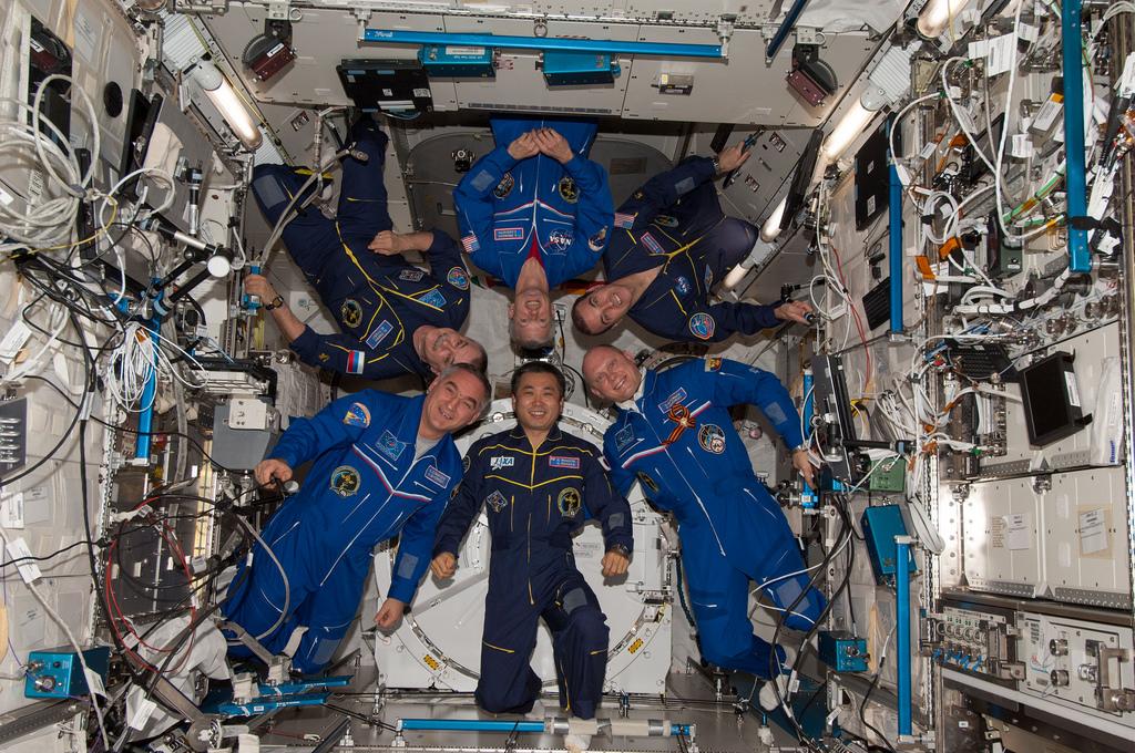 Les six membres de l'équipage Expedition 39 rassemblés dans le laboratoire Kibo à bord de l'ISS pour une photo de famille en vol. Le commandant Koichi Wakata est en bas au centre. Dans le sens des aiguilles d'une montre à partir de Wakata : Alexander Skvortsov, Mikhaïl Tyurin, Steve Swanson, Rick Mastracchio, Oleg Artemiev