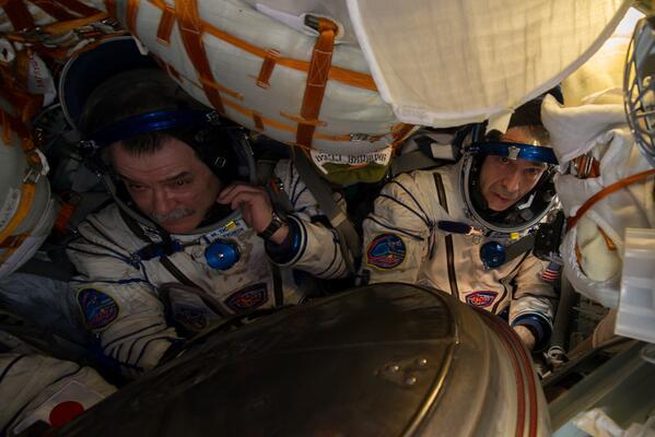 Première photo de l'intérieur du Soyouz TMA-11 après l'ouverture de l'écoutille après l'atterrissage (photo via @ShuttleAlmanac)