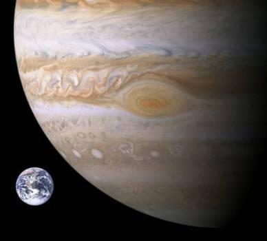 Une comparaison entre la Terre et la Grande Tache Rouge de Jupiter. C'est un anticyclone très stable existant depuis au moins 300 ans dans l'atmosphère de la géante gazeuse (source Nasa)