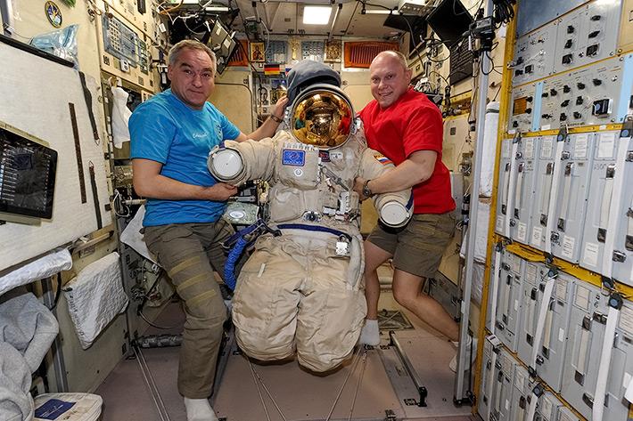 Aleksandr Skvortsov et Oleg Artemyev, avec l'une des combinaisons Orlan utilisées pour les sorties sptaieles russes (source Oleg Artemyev)