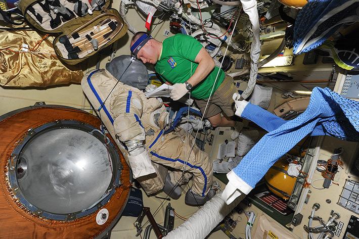 Préparation d'une des combinaisons Oraln pour l'EVA 38 (source Oleg Artemyev)