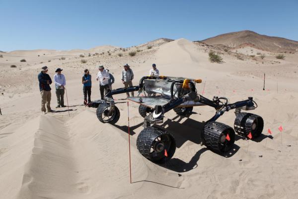 Les ingénieurs testent la réplique du rover sur un parcours d'obstacles de dunes. Ce test a été effectué dans le Dumont Dunes dans désert de Mojave en Californie, près de Death Valley. (Crédit : NASA / JPL-Caltech)