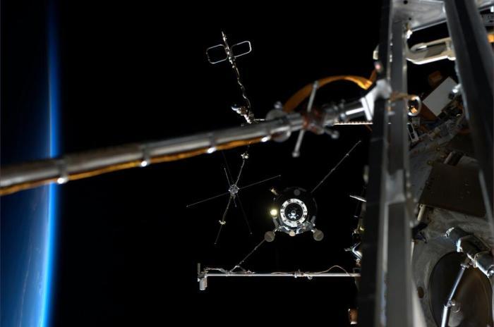 Le TMA 13 s'envole loin de l'ISS (photo d'Alexander Gerst)