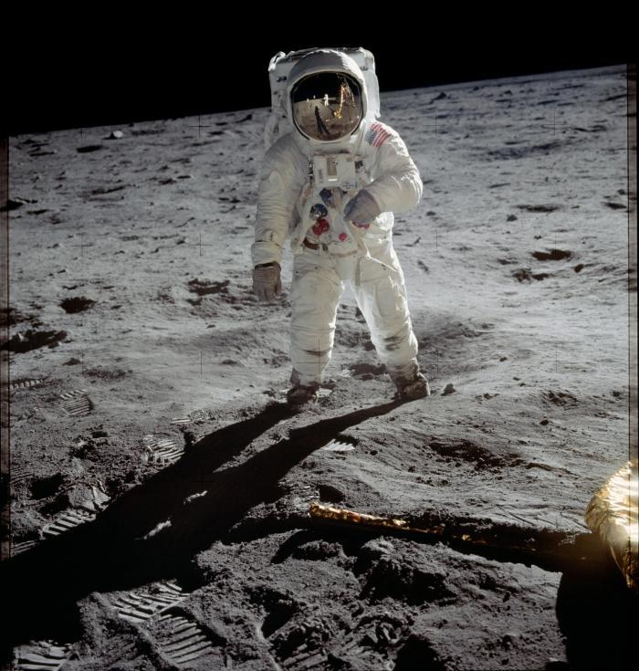 Buzz Aldrin pose pour une photographie sur la Mer de la Tranquilité. Le matériel scientifique amené sur la Lune, le module lunaire Eagle et la silhouette du photographe, Neil Amstrong, se reflètent dans la visière du scaphandre (source NASA)