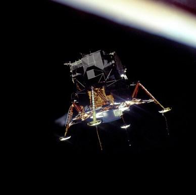 """Le Module Lunaire (LM) Apollo 11 """"Eagle"""", dans sa configuration d'atterrissage, photographié depuis l'orbite lunaire à partir des modules de commande et de service (CSM) """"Columbia"""" (source NASA)"""