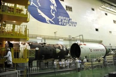 mise en place de la coiffe sur le Progress M-24M (Photo: RSC Energia)