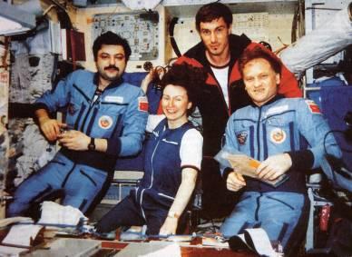 1991 Une partie de l'équipage de Mir (de G à D) : Musa Manarov, Helen Sharman, Sergei Krikalev, Anatoly Artsebarsky (source http://www.capcomespace.net)
