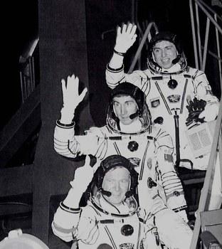 De bas en haut, avant le décollage le 26/11/88, Jean-Loup Chrétien, Sergueï Krikaliev et Alexandre Volkov (source http://lc.cx/Pmp)