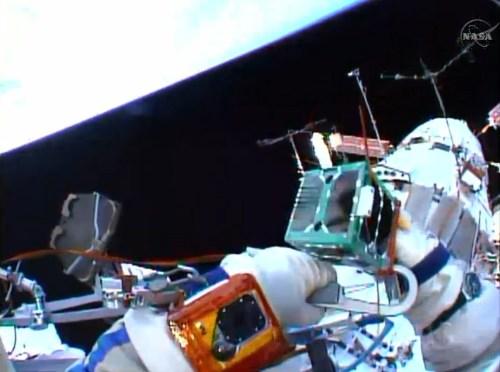 Déploiement manuel du CubeSat le 18/08/14 (source NASA TV)