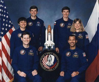 Équipage de STS-60  (de G à D) Devant  : Kenneth S. Reightler Jr., Charles F. Bolden Jr. Rangée du milieu : Franklin R. Chang-Diaz, N. Jan Davis. Au fond : Ronald M. Sega, Sergei K. Krikalev (source Wikipedia)