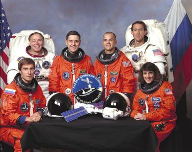 Equipage de STS-88 : (de G à D) Sergei Krikaliov, Jerry Ross, Robert Cabana, Frederick Sturckow, James Newman et Nancy Curry (source wikipedia)
