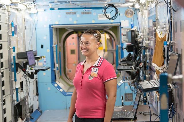 La cosmonaute russe Elena Serova, ingénieur de vol de l'Expedition 41/42, est photographiée lors d'une session de formation dans une maquette de la Station Spatiale Internationale maquette au  Johnson Center de la NASA Center le 27 août 2013 (Crédit photo: NASA)