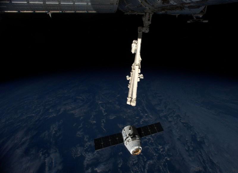 Juste avant la capture du cargo Dragon Spx4 par le bras robotique (©NASA)