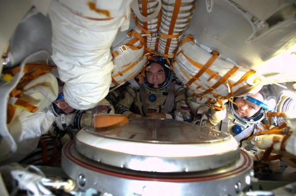 L'équipage testant leur combinaison pour le voyage de retour dans le Soyouz 38 (©Alexander Gerst)