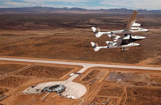 L'avion-fusée SpaceShipTwo de Virgin Galactic et son ravitailleur WhiteKnightTwo survolent le Spaceport America lors d'une cérémonie en 2010 (source Virgin Galactic)