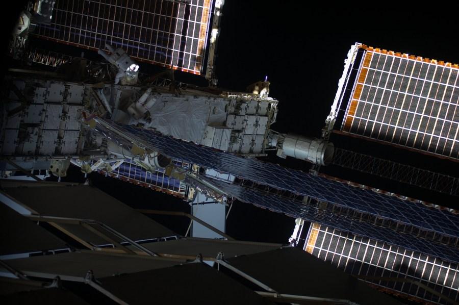 Photo prise par Alexander Gerst depuis l'intérieur de l'ISS de l'EVA 28 (Credits: ESA/NASA)