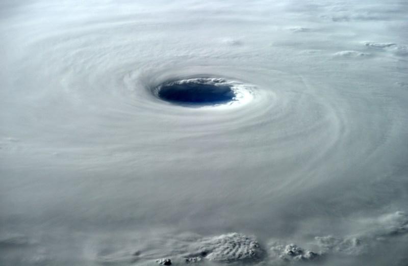 """Alexander Gerst : """"L'œil du super typhon Vongfong est de 80 km de large. Cela semble très sombre là-dedans."""" (credits ESA/NASA)"""