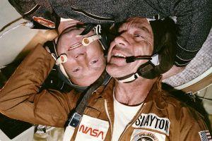 """L'astronaute Donald K. """"Deke"""" Slayton et le cosmonaute Alexey Leonov dans le module Soyuz durant l'amarrage Apollo–Soyuz."""