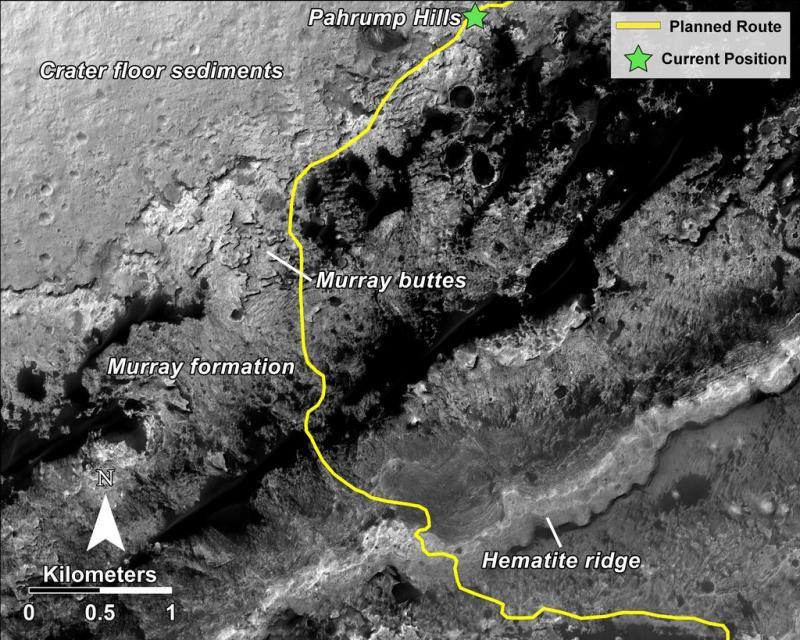 """Cette mosaïque d'images prises par la caméra HiRISE du Mars Reconnaissance Orbiter de la NASA, montre l'itinéraire prévu (en jaune) du rover Curiosity depuis """"Pahrump Hills"""" à la base du mont Sharp, à travers la """"Formation Murray"""" vers l'arrête en Hématite du Mont Sharp. (Image Credit: NASA/JPL-Caltech )"""