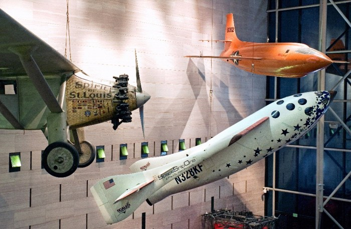 "Le SpaceShipOne exposé dans le bâtiment de la National Air and Space Museum sur le National Mall à Washington. Il se trouve entre le ""Spirit of Saint Louis"" de Charles Lindbergh, à gauche, et le Bell X-1 de Chuck Yeager, en haut à droite. (Crédit: Image par Eric Long, National Air and Space Museum, Smithsonian Institution)"