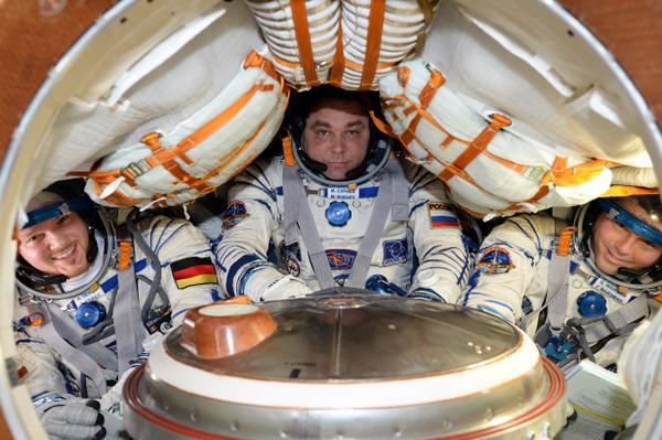 Alexander Gerst, Max Suraev et Reid Wiseman à bord de leur vaisseau Soyouz TMA-13 lors des vérifications d'avant retour sur Terre (credit NASA/ESA)
