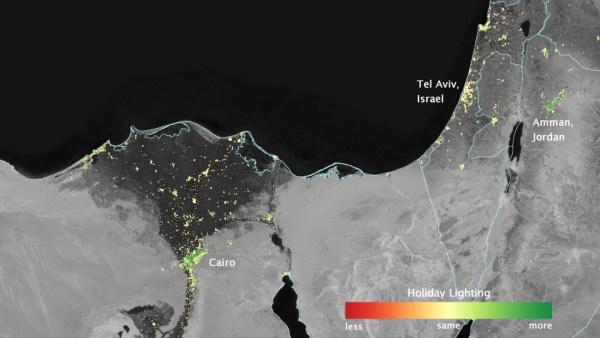 Dans plusieurs villes du Moyen-Orient, les lumières de la ville éclairent davantage pendant le mois sacré musulman du ramadan, comme on le voit en utilisant une nouvelle analyse des données quotidiennes du satellite de la NASA-NOAA Suomi NPP. Les pixels verts sont des zones où les lumières sont 50% plus lumineux, ou plus, pendant le Ramadan. (Crédit Image: Earth Observatory de la NASA / Jesse Allen)