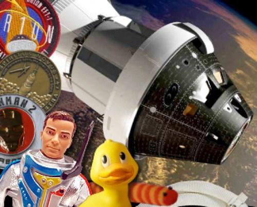 Collection d'objets de culture pop, des illustrations et des objets historiques ont été emballés à bord de la sonde Orion de la NASA pour son premier vol d'essai. (source CollectSPACE)