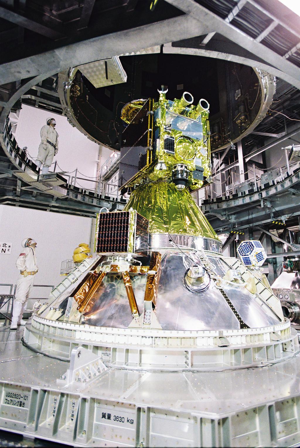 Hayabusa 2 et les 3 charges utiles secondaires avant pose de la coiffe de la HII-A. (Crédit: JAXA TV)