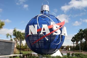 Boule de Noël au Centre Spatial Kennedy en Floride