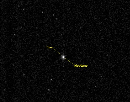 la sonde New Horizons de la NASA a capturé cette vue de la planète géante Neptune et sa grande lune Triton le 10 Juillet 2014, à une distance de 3960000000 km, plus de 26 fois la distance entre la Terre et soleil. (Crédit image: NASA / Johns Hopkins University Applied Physics Laboratory / Southwest Research Institute)