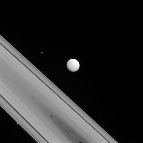 Cassini a capturé une photo rare de trois des lunes de Saturne : Téthys (centre de l'image) ronde et aux terrains variés à sa surface, Hyperion (coin supérieur gauche), la sauvage à la rotation chaotique, et Prometheus (en bas à gauche) une petite lune qui sculpte l'anneau F.  (Credit: NASA/JPL-Caltech/Space Science Institute)