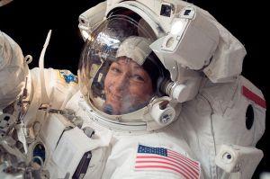 Peggy Whiston lors d'uen EVA en décembre 2007 (crédit NASA)