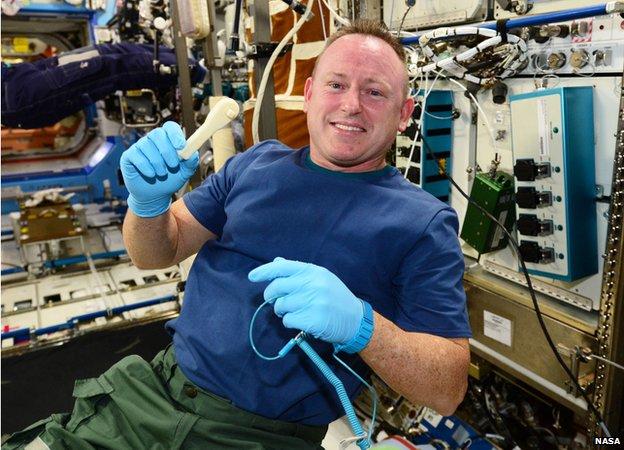 Barry Wilmore avec la clé à douille à cliquet imprimée en 3D (source NASA)