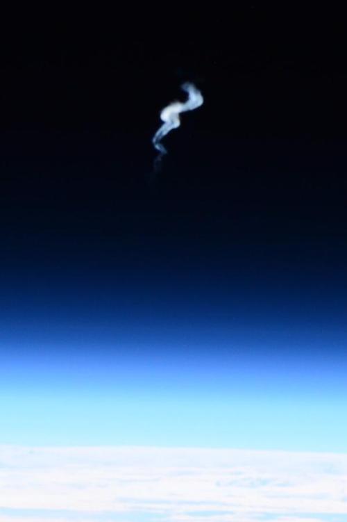 """Terry Wirst depuis l'ISS : """"Vue finale de l'ATV5 Georges Lemaître qui rentre dans l'atmosphère terrestre. Il est surprenant de voir à quelle hauteur était la traînée de fumée."""" (crédit NASA)"""