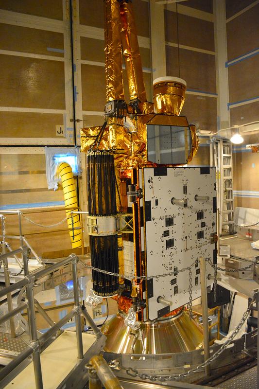 le satellite SMAP lors de son assemblage sur la fusée Delta 2 (source NASA Kennedy)