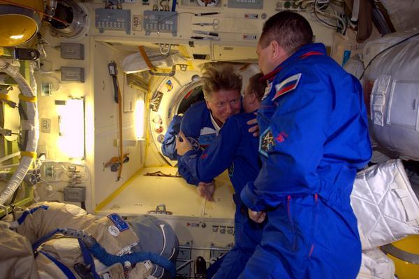"""Samantha Cristoforetti a posté cette image sur twitter avec les mots suivants (traduction) : """"On dirait que je ne serai plus la seule avec les cheveux en apesanteur hors de contrôle. Bienvenue à Gennady pour son 5ème vol spatial !"""""""
