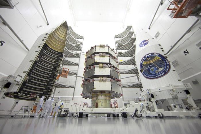 Les 4 satellites MSM avant la mise en place de la coiffe du lanceur Atlas 5 au complexe de lancement à l'Air Force Station de Cap Canaveral. (Crédit: NASA / Ben Smegelsky)