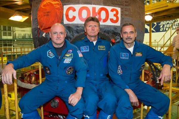 De gauche à droite, posants devant le Soyuz TMA-16M : Scott Kelly, Guennadi Padalka, Mikhaïl Kornienko. Crédits : NASA