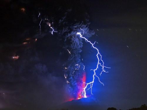 Photo de la deuxième éruption, jeudi 23 avril au matin, qui a projeté pendant plusieurs heures de la lave en fusion sur un ciel zébré d'éclairs. (AFP PHOTO/MARTIN BERNETTI)