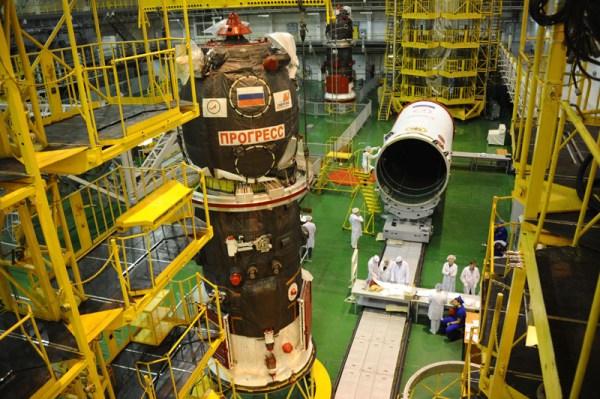 Le cargo Progress M-27M avant mise sous coiffe à Baïkonour (photo Roscosmos)