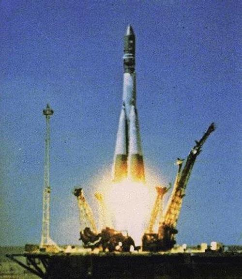 12 avril 1961 : une fusée Soyouz emporte le premier engin spatial à bord duquel se trouve un être humain. Aujourd'hui encore, ce pas de tir est celui utilisé pour les missions habitées russes. Les Expéditions vers la Station Spatiale Internationale partent du même endroit que Youri Gagarine. (Crédit : DR via EnjoySpace)