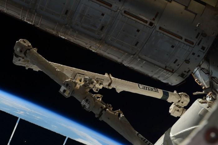 Photo du Canadarm par Samantha Cristoforetti avant le désamarrage du Dragon SpX6 le 21/05/15 (Credits: ESA/NASA)