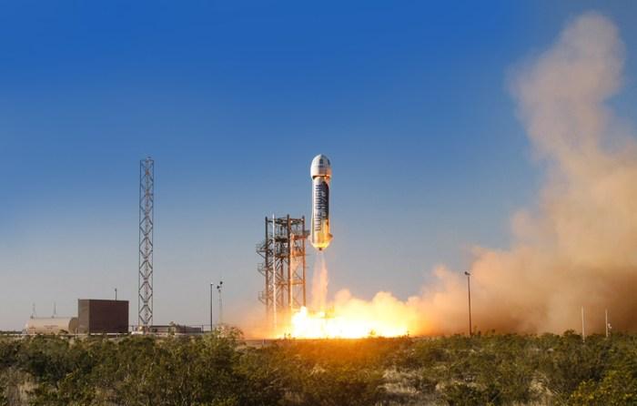 Le véhicule spatial New Shepard décolle pour son premier vol d'essai de développement depuis le site de lancement au Texas de Blue Origin. (source Blue Origin)