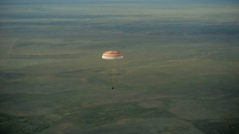 Jeudi 11 Juin 2015, Samantha Cristoforetti, Terry Virts et Anton Shkaplerov redescendent sur Terre (Crédits : NASA/Bill Ingalls)