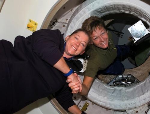 Le 25 octobre 2007, pour la première fois, deux femmes qui commandent une mission spatiale se retrouvent dans l'espace : Pamela Melroy (à gauche), commandante du vol STS-120 de la navette Discovery est accueillie par Peggy Whitson, commandante de l'Expédition 16 de la Station Spatiale Internationale. (Source Enjoy Space, Crédit : NASA)