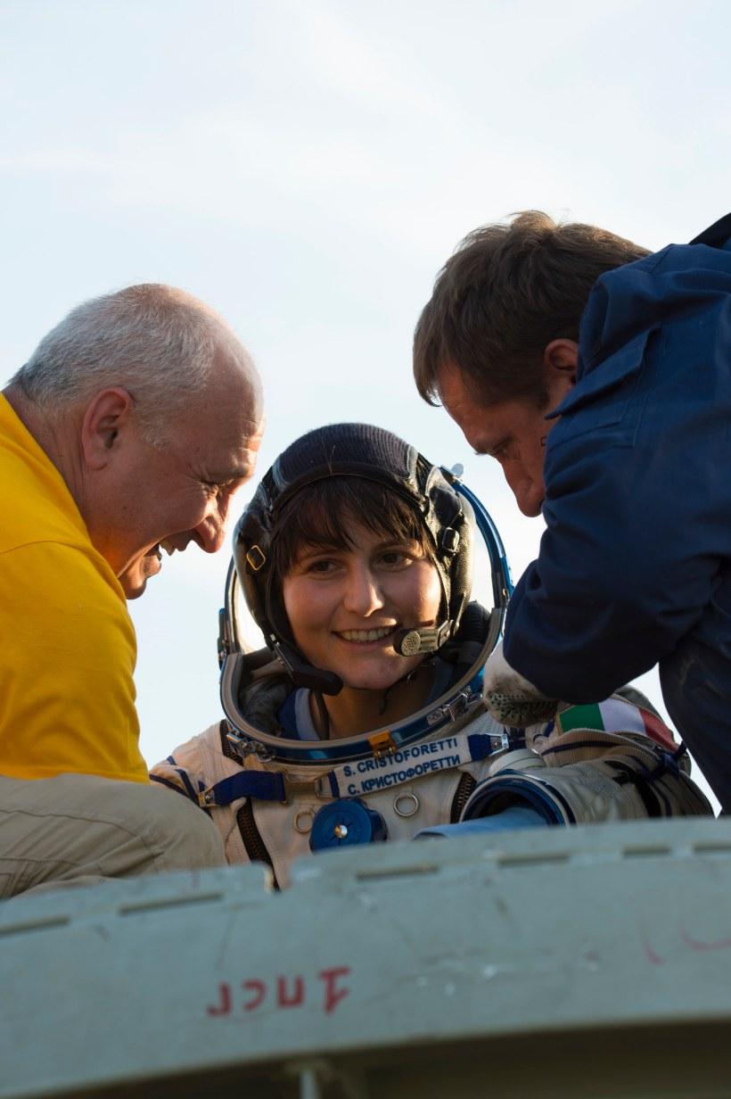 Samantha Cristoforetti sort du Soyouz TMA-15M le 11 Juin 2015 (Crédits : NASA/Bill Ingalls)
